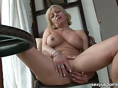 Mature UK pornstar Jane Bond boffs her muff with a fat dildo