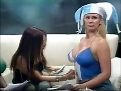 Denise P. pintandole los senos