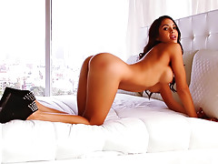 Stunning Valerie Stunings shows her juicy booty