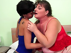 Fat mature chick licks wet pussy