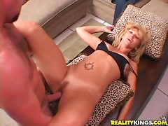 Skanky milf gets her fuckin' pussy pounded