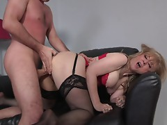 Nasty mature blonde gets her seasoned cunt penetrated