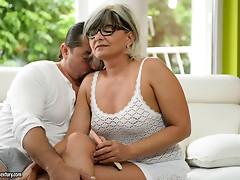 Lustful granny gets her seasoned cunt pleasured fiercely