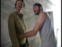 On depucele le cul de sa femme (Emilie) devant son mec