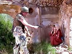 Fatima forcee de sucer la queue d'_un militaire- hibatube.com