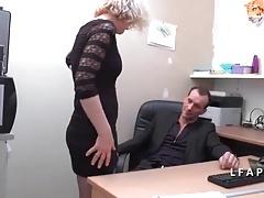 Cette older se fait ramoner le cul au bureau