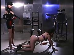 Sklavin muss erst erzogen werden