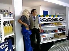 blonde milf fucks anal in car auto market troia culo