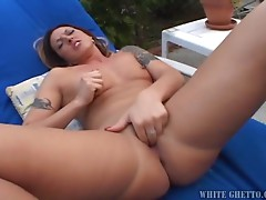 Desirable booty babe Fiona Cheeks masturbates outdoor