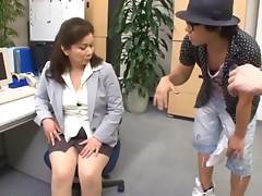 Chizuru Iwasaki the slutty mature babe masturbates in the office
