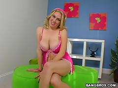 Blonde bitch and her giant boobs won't leave you indifferent