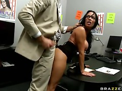 Brunette Boss Uncovers Her Boss´ Huge Dong