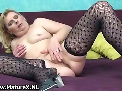 Experienced housewife finger fucking her