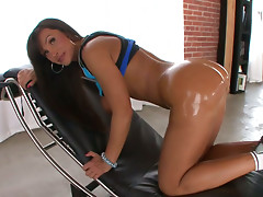 Big bottomed Lisa Ann opens buns wide and performs her promising anus
